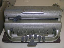 Photographie d'une machine unimanuelle à écrire le Braille.